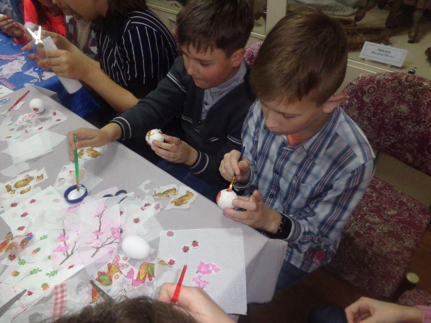 Школьники Красноармейска (Покровска) приняли участие в захватывающем мастер-классе по изготовлению пасхальных писанок (фото) - фото 11