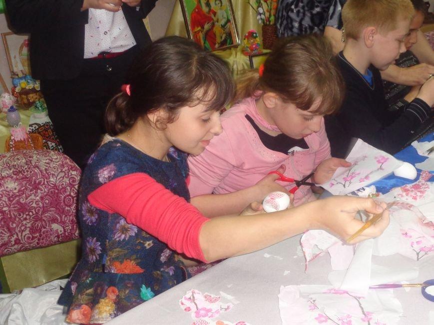 Школьники Красноармейска (Покровска) приняли участие в захватывающем мастер-классе по изготовлению пасхальных писанок (фото) - фото 13