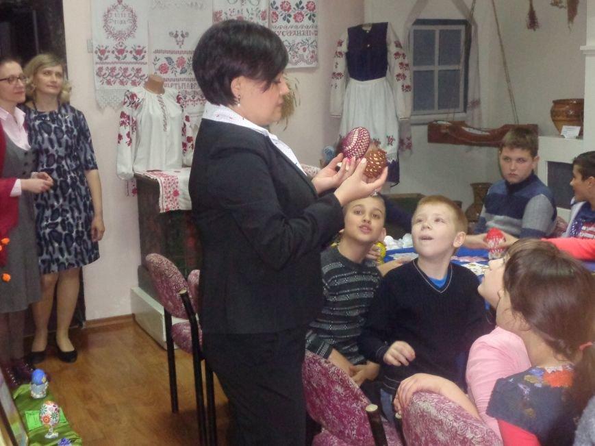 Школьники Красноармейска (Покровска) приняли участие в захватывающем мастер-классе по изготовлению пасхальных писанок (фото) - фото 9