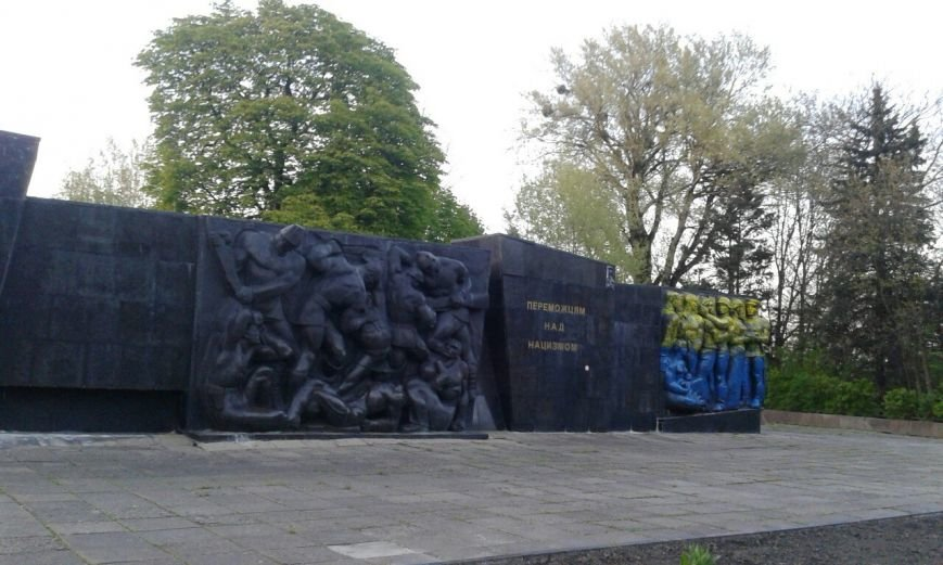 У Львові розмалювали Монумент Слави у синьо-жовті кольори (фото) - фото 1