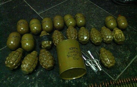 На железнодорожном вокзале Днепропетровска у военного обнаружены гранаты и патроны (ФОТО) (фото) - фото 1