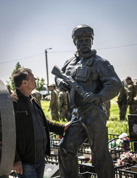 189e7816a4e33093679c09ee288546a9 Азовцы открыли памятник погибшему под Широкино одесситу