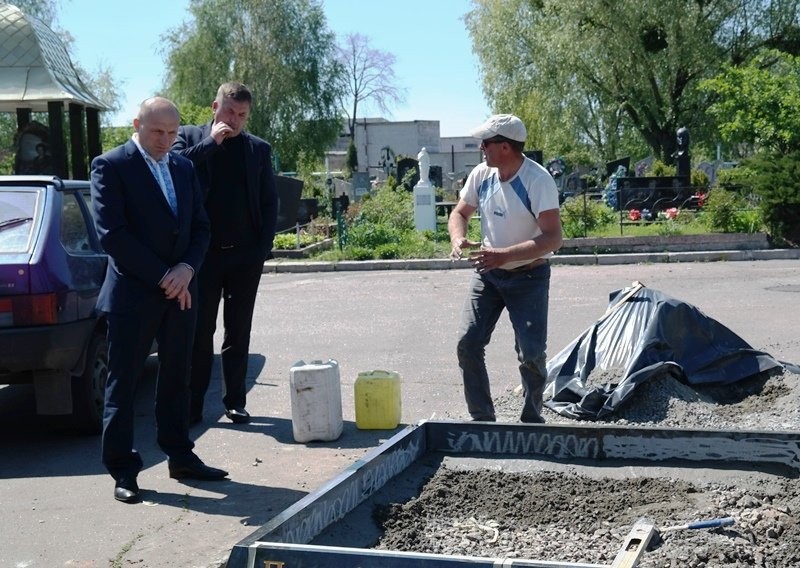 Понад сотня комунальників задіяні в підготовці черкаських кладовищ до поминальних днів, фото-2