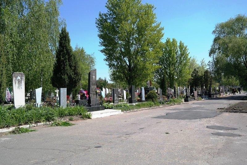 Понад сотня комунальників задіяні в підготовці черкаських кладовищ до поминальних днів, фото-1