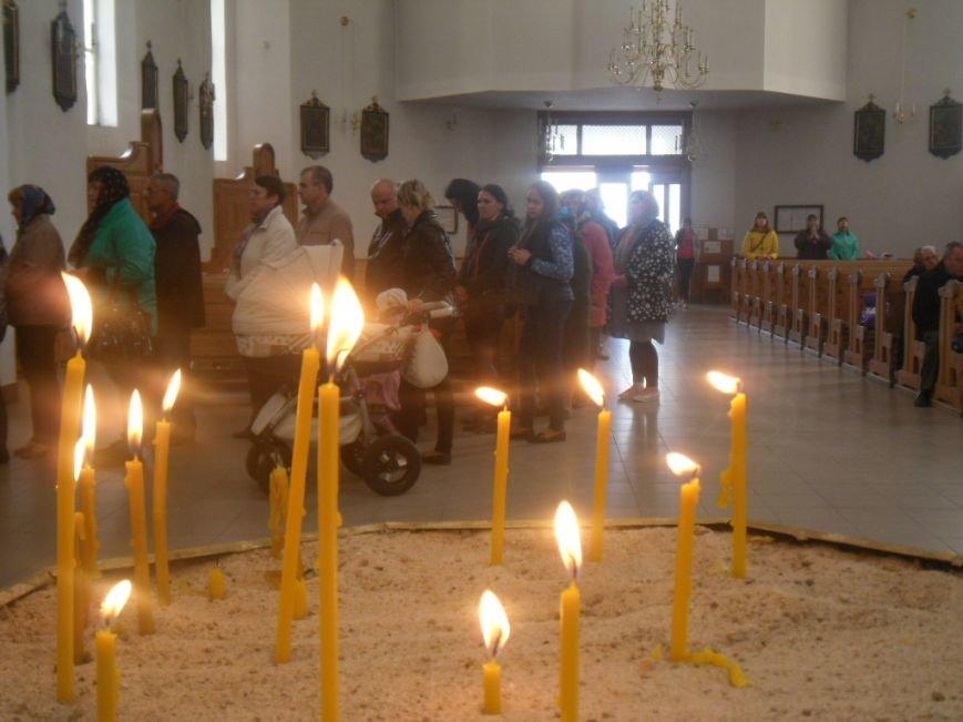 У тернопільських церквах величезні черги – усі хочуть припасти до Плащаниці (фото), фото-3