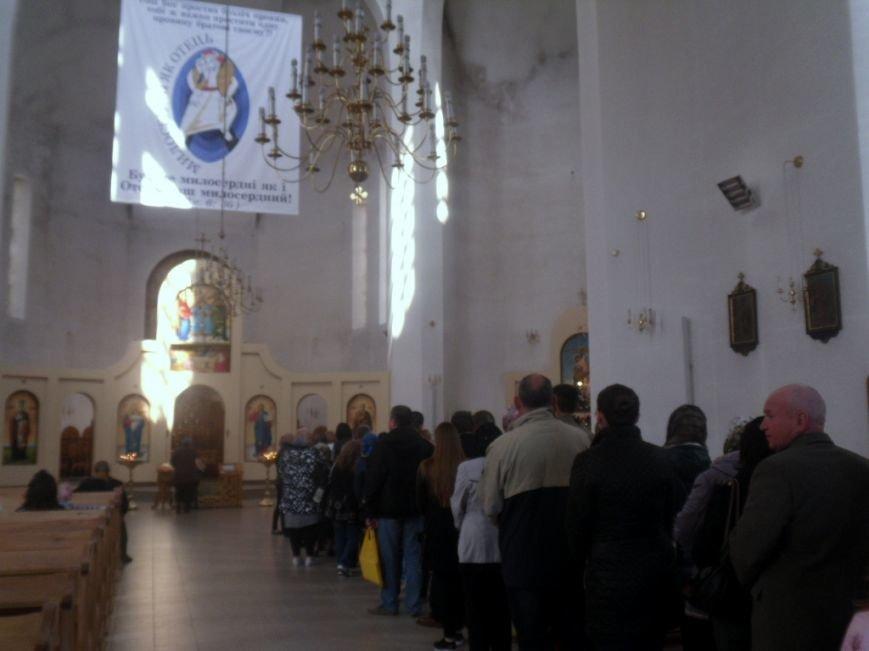 У тернопільських церквах величезні черги – усі хочуть припасти до Плащаниці (фото), фото-2