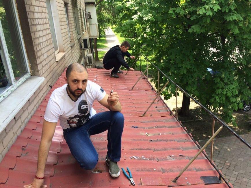 Жить по-людски: активисты  Кривого Рога  демонтировали вывеску, незаконно установленную перед окнами квартиры (ФОТО), фото-2