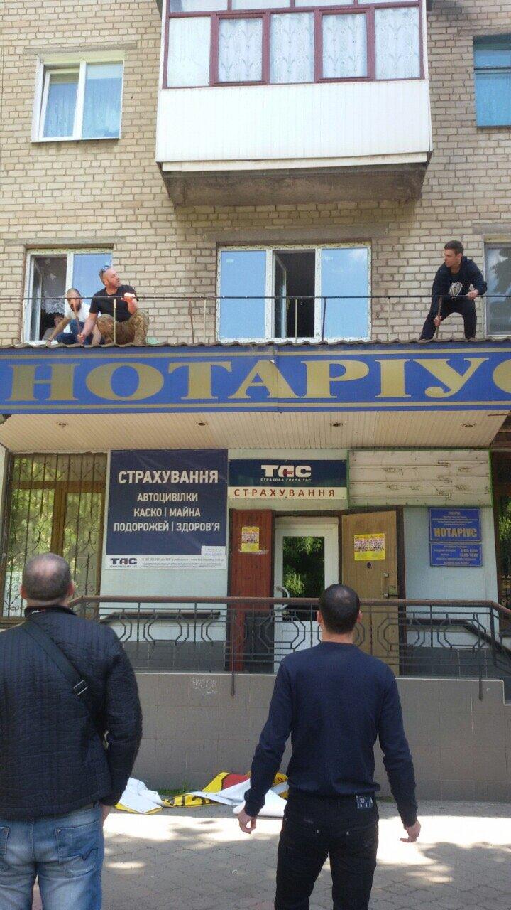 Жить по-людски: активисты  Кривого Рога  демонтировали вывеску, незаконно установленную перед окнами квартиры (ФОТО), фото-19
