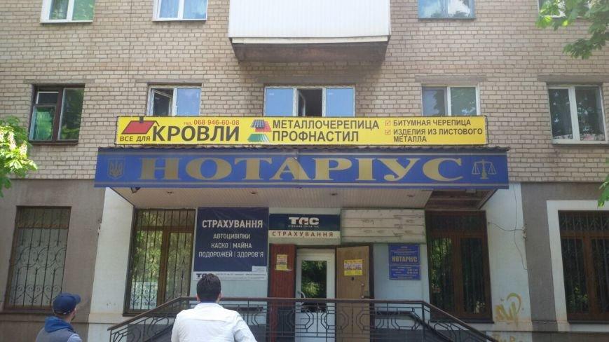Жить по-людски: активисты  Кривого Рога  демонтировали вывеску, незаконно установленную перед окнами квартиры (ФОТО), фото-3