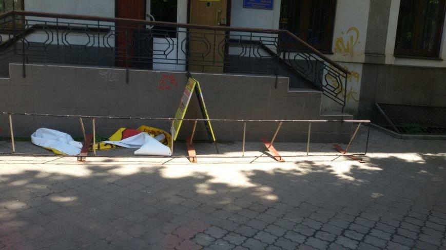 Жить по-людски: активисты  Кривого Рога  демонтировали вывеску, незаконно установленную перед окнами квартиры (ФОТО), фото-23