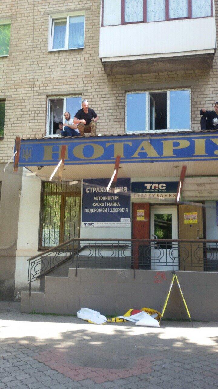 Жить по-людски: активисты  Кривого Рога  демонтировали вывеску, незаконно установленную перед окнами квартиры (ФОТО), фото-21