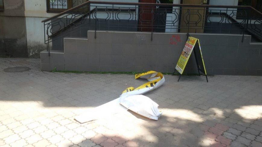 Жить по-людски: активисты  Кривого Рога  демонтировали вывеску, незаконно установленную перед окнами квартиры (ФОТО), фото-11