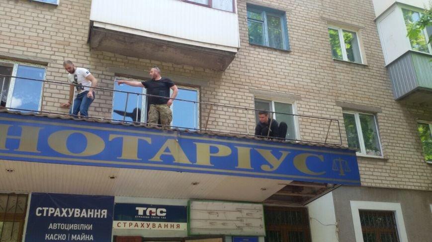 Жить по-людски: активисты  Кривого Рога  демонтировали вывеску, незаконно установленную перед окнами квартиры (ФОТО), фото-14