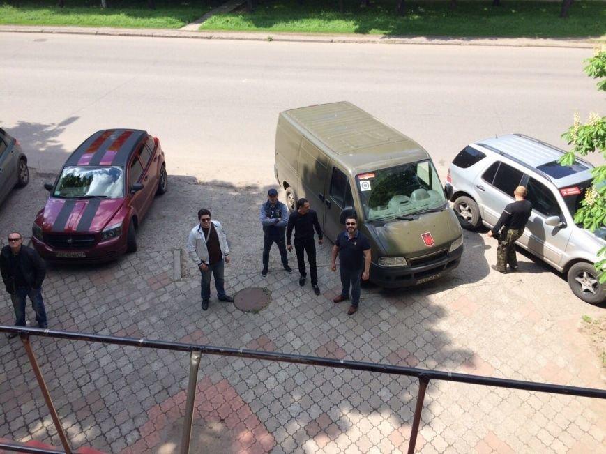 Жить по-людски: активисты  Кривого Рога  демонтировали вывеску, незаконно установленную перед окнами квартиры (ФОТО), фото-1