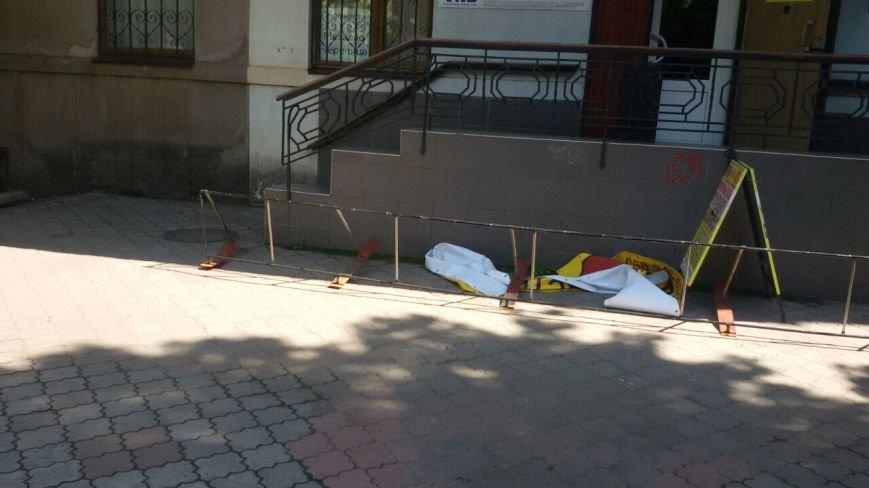 Жить по-людски: активисты  Кривого Рога  демонтировали вывеску, незаконно установленную перед окнами квартиры (ФОТО), фото-22