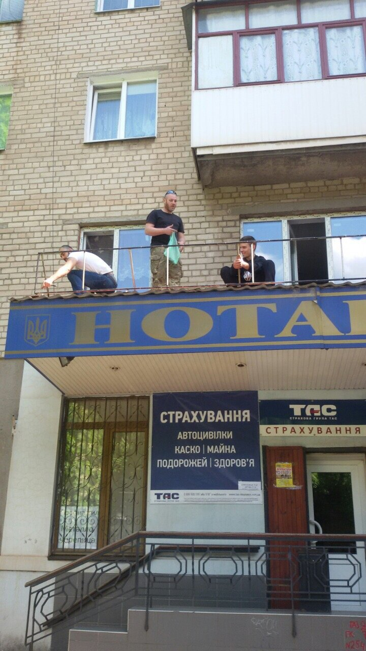 Жить по-людски: активисты  Кривого Рога  демонтировали вывеску, незаконно установленную перед окнами квартиры (ФОТО), фото-17