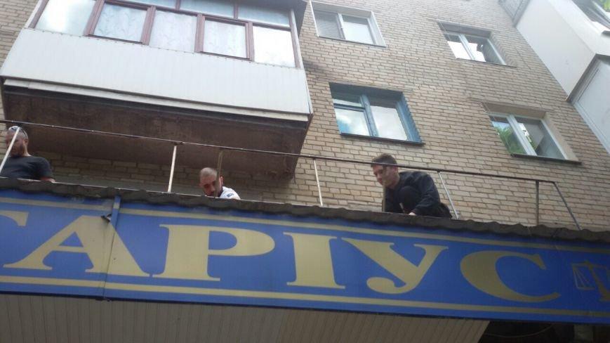 Жить по-людски: активисты  Кривого Рога  демонтировали вывеску, незаконно установленную перед окнами квартиры (ФОТО), фото-15