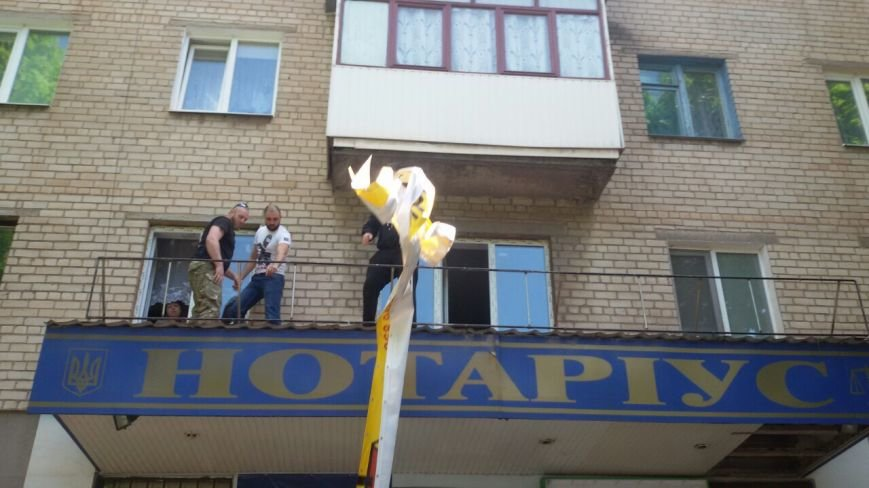 Жить по-людски: активисты  Кривого Рога  демонтировали вывеску, незаконно установленную перед окнами квартиры (ФОТО), фото-10