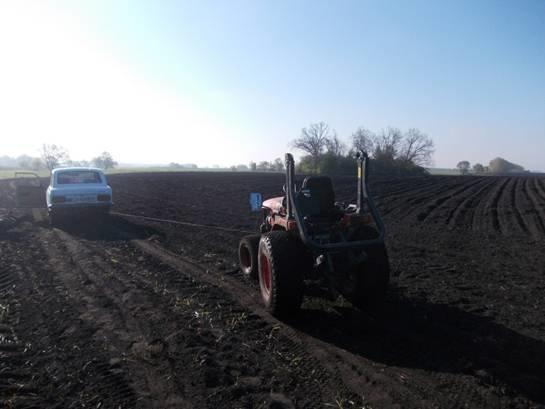Под Киевом мать с сыном угнали трактор (ФОТО), фото-1