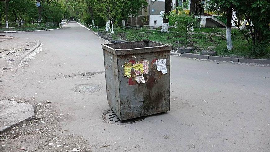В Мариуполе водитель мусоровоза выбросил контейнер посреди дороги (ФОТОФАКТ), фото-1