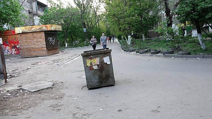 В Мариуполе водитель мусоровоза выбросил контейнер посреди дороги (ФОТОФАКТ), фото-2