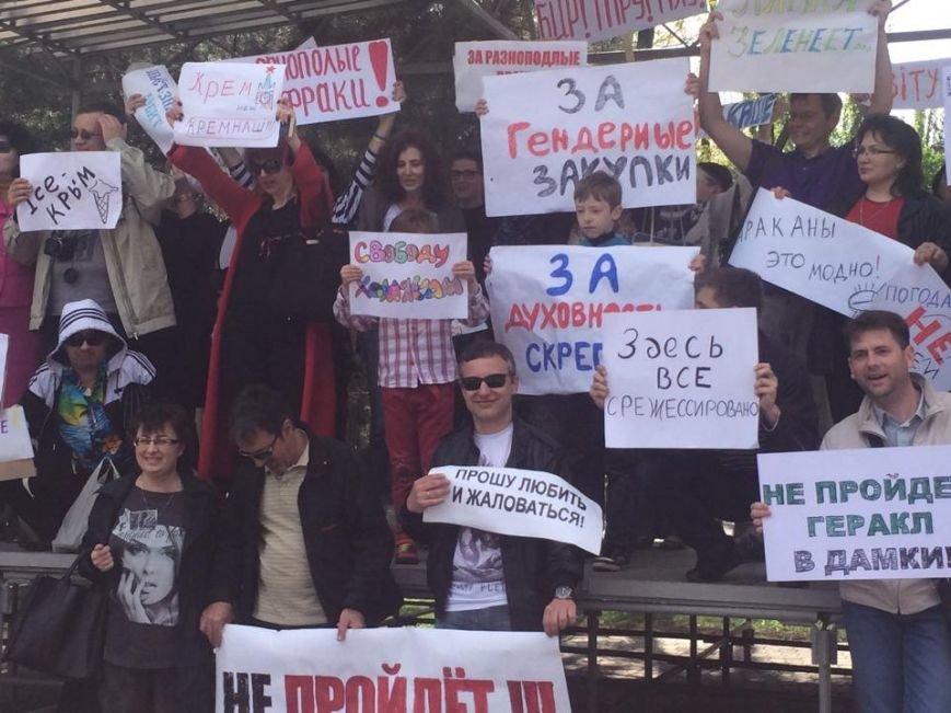 """Мариупольский """"креативный класс"""" вышел на Немонстрацию  и с транспарантами прошел по центру города(ФОТО, ВИДЕО), фото-9"""