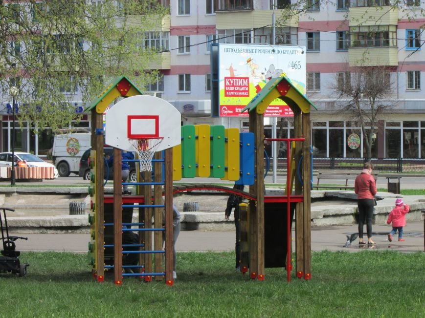 Батут, горка и электромобили. В Новополоцке появились детские уличные аттракционы, фото-1