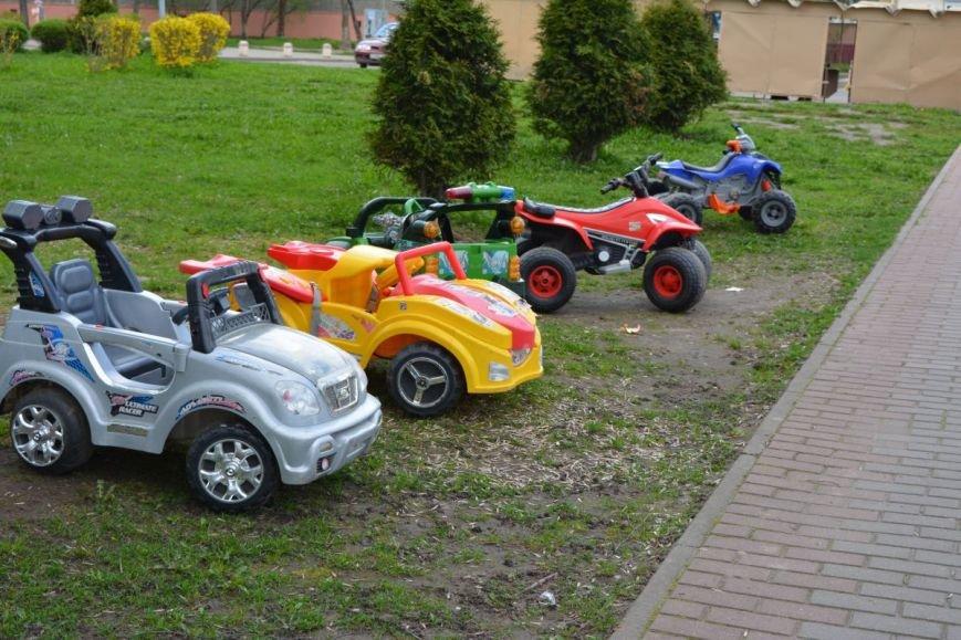 Батут, горка и электромобили. В Новополоцке появились детские уличные аттракционы, фото-3