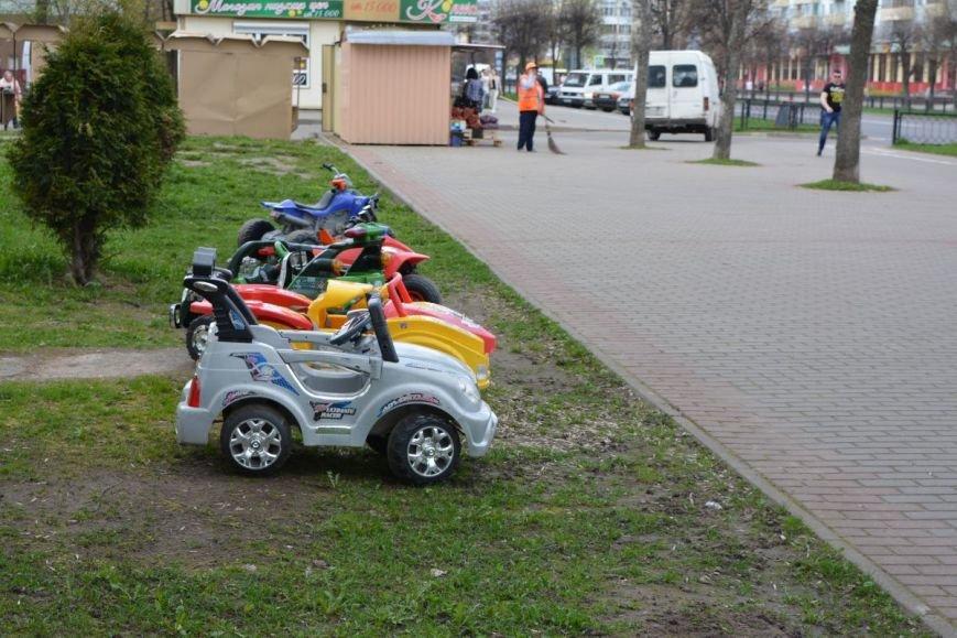 Батут, горка и электромобили. В Новополоцке появились детские уличные аттракционы, фото-2