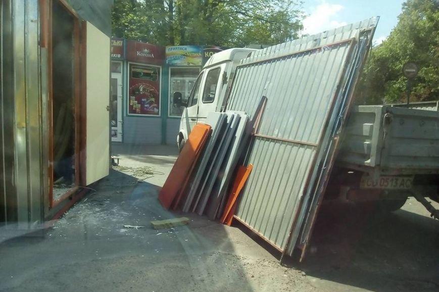 Начался демонтаж торговой точки на остановке в центре Чернигова, фото-2