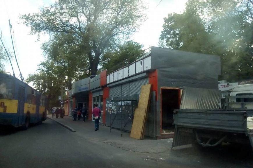 Начался демонтаж торговой точки на остановке в центре Чернигова, фото-1