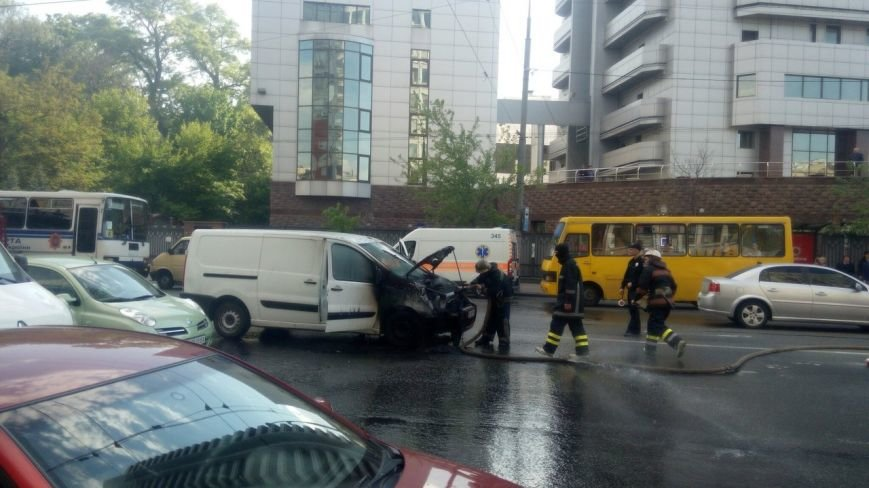 Под Апелляционным судом Киева сгорел микроавтобус (ВИДЕО), фото-1