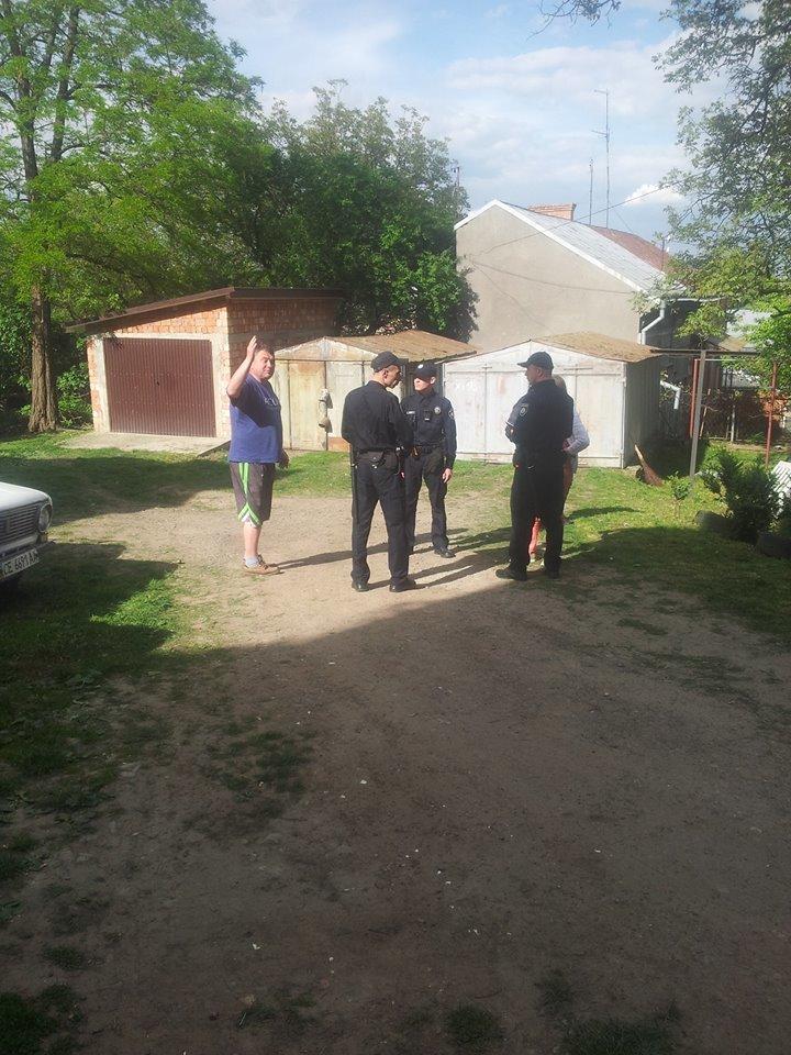 У Чернівцях сусіди побили бабусю, яка тримає в домі 20 собак, фото-2