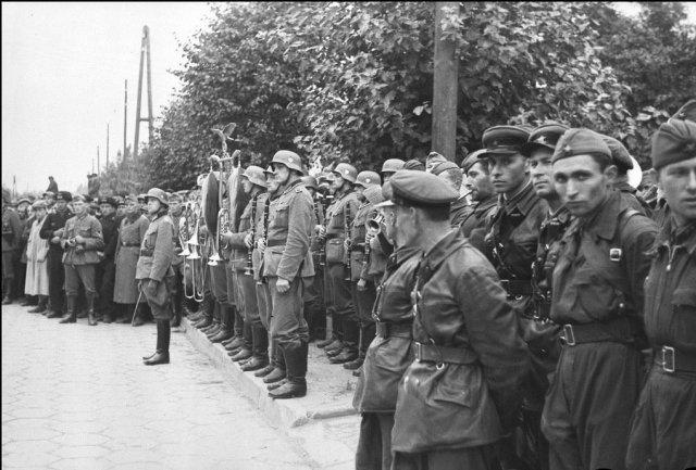 Совместный советско-нацистский парад Победы над Польшей. Брест, 22 сентября 1939 года.