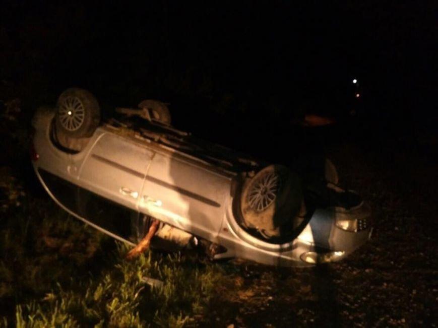 У Чернівцях п'яний водій втікав від полісменів і, зрештою, не впорався з керуванням – автомобіль перекинувся, фото-1