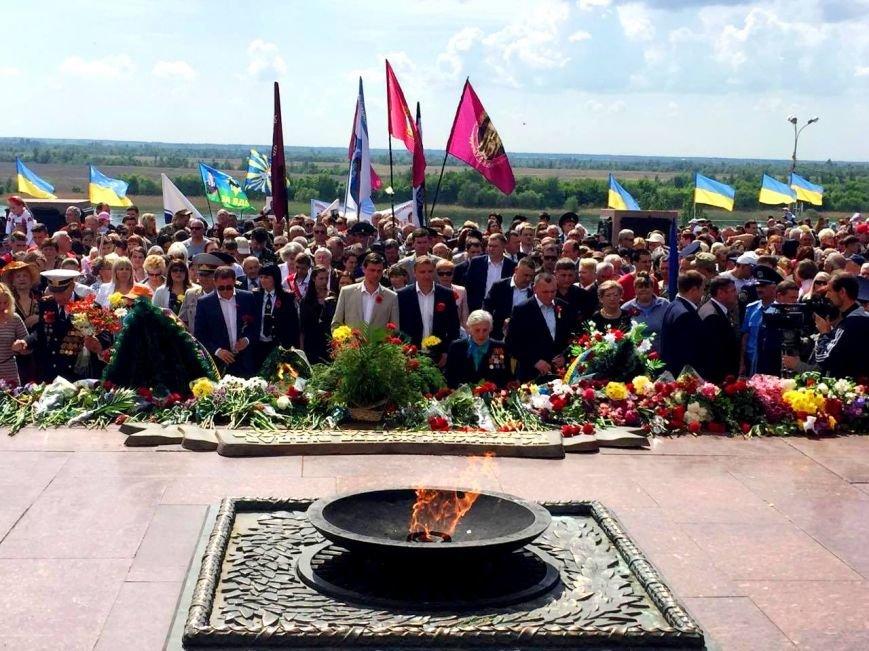 В Херсоне возложили цветы к Вечному огню (фото), фото-1
