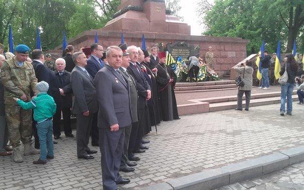 У Чернівцях відбулося урочисте покладання квітів до Монумента Перемоги(ФОТО), фото-1