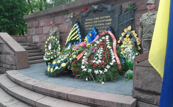 У Чернівцях відбулося урочисте покладання квітів до Монумента Перемоги(ФОТО), фото-8