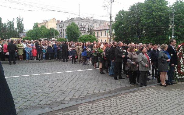 У Чернівцях відбулося урочисте покладання квітів до Монумента Перемоги(ФОТО), фото-4