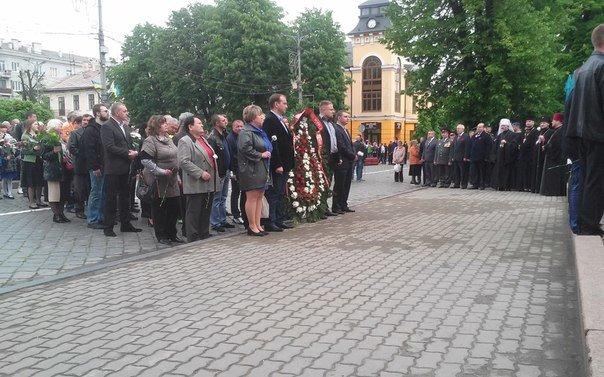 У Чернівцях відбулося урочисте покладання квітів до Монумента Перемоги(ФОТО), фото-3