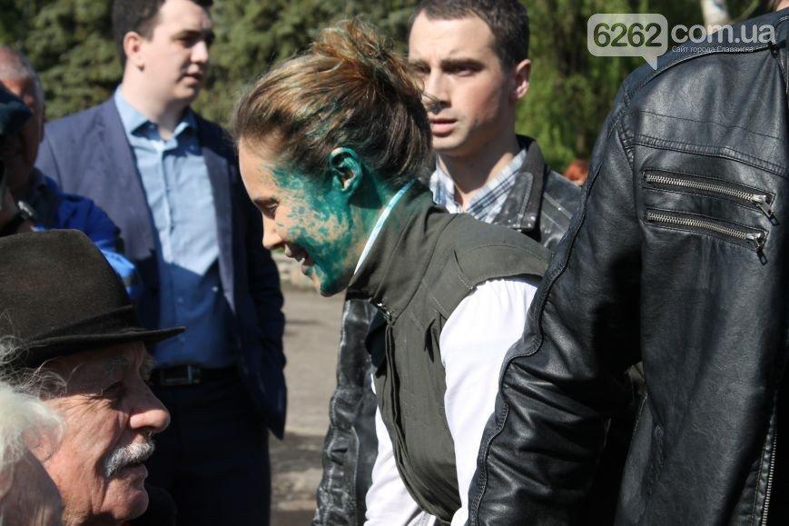 В Славянске Королевскую облили зеленкой и посыпали мукой (ФОТО), фото-1