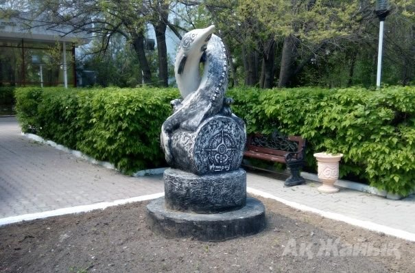 осетр памятник