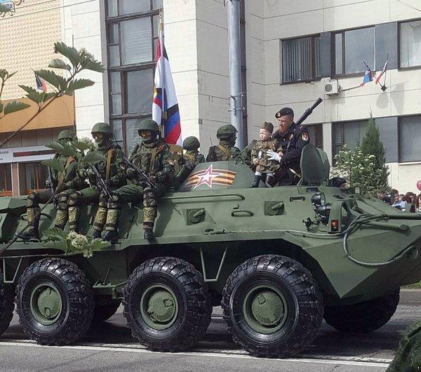 Это город наш с тобою — Моторола на параде в Донецке прокатил свою дочь на бронетранспортере (ФОТОФАКТ), фото-1