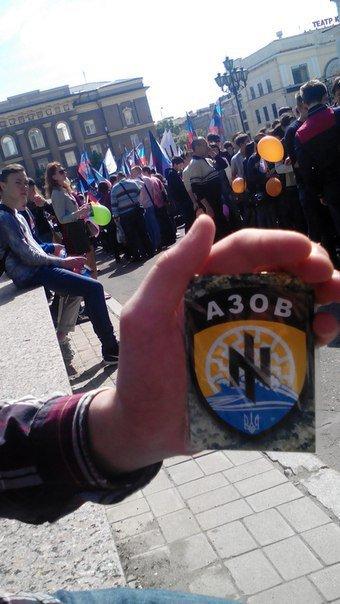В центре Донецка на годовщину «ДНР» сделали селфи с шевроном «Азова» (ФОТОФАКТ), фото-1