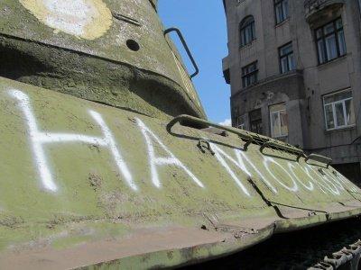 """""""На Москву"""" - на танку Нікітіна у Чернівцях з'явився надпис, фото-2"""