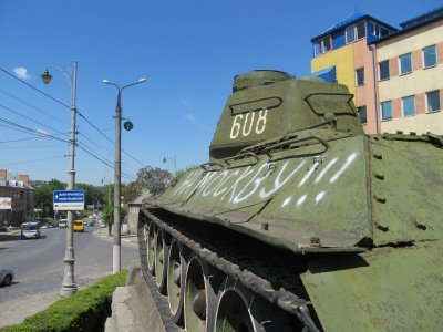 """""""На Москву"""" - на танку Нікітіна у Чернівцях з'явився надпис, фото-1"""