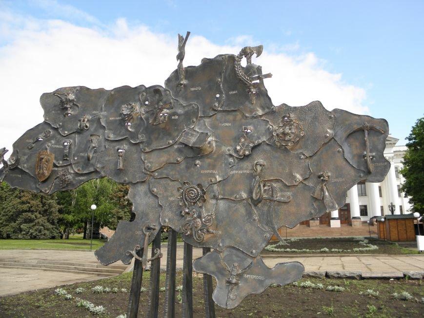 В Краматорске на центральной площади установили кованную карту Украины, фото-5