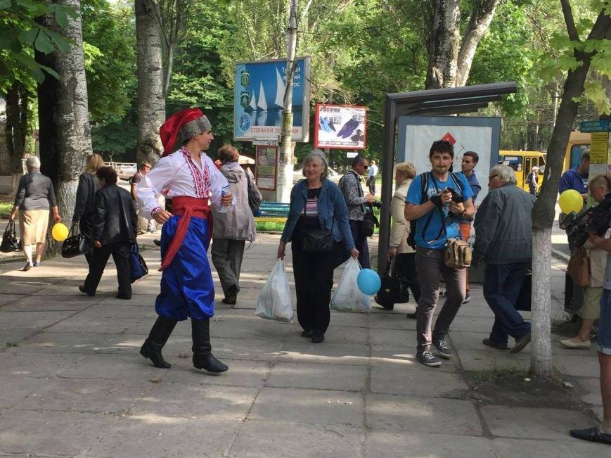 По улицам Херсона курсирует театральный троллейбус (фото), фото-1