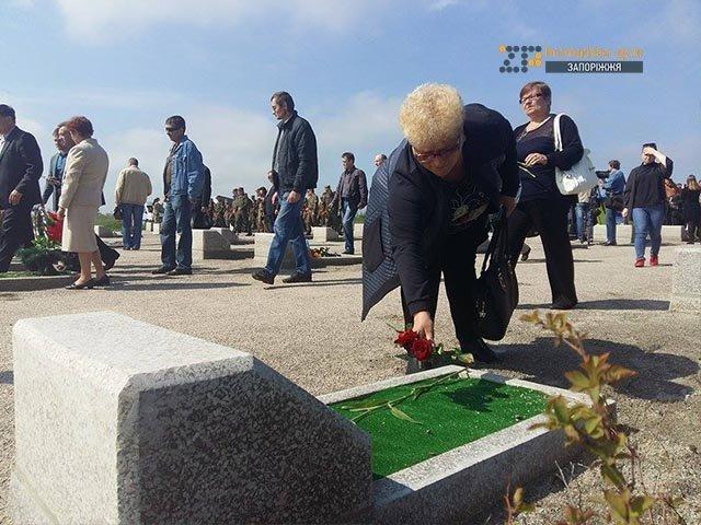 На кладбище под Запорожьем почтили память неизвестных бойцов, погибших  в зоне АТО, фото-1