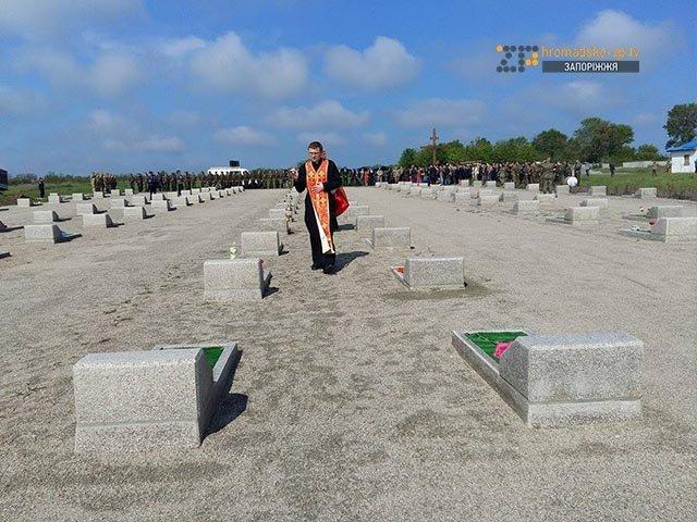 На кладбище под Запорожьем почтили память неизвестных бойцов, погибших  в зоне АТО, фото-3